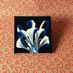 schilderij bloem met acryl pulling techniek uitgevoerd.