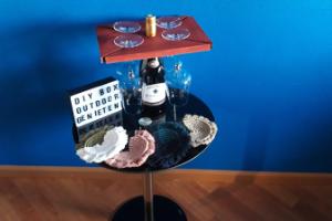 DIY box outdoor genieten met een wijnplank en 4 macramé onderzetters