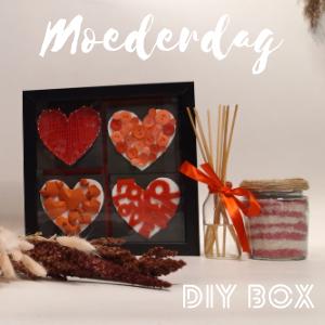 DIY box Moederdag met materialen voor geurstokjes en badzout en het hartjes canvas voor aan de muur